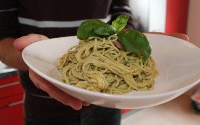 Basilikum Pasta nach Carbonara-Art
